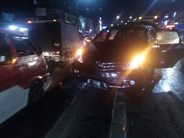Pembatas Jalan Tidak Terlihat, Avanza Kecelakaan Saat Hendak Jemput Ustaz