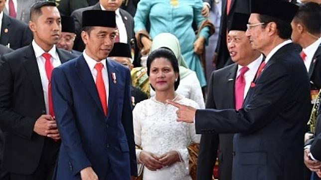 Presiden Joko Widodo (kedua kiri) didampingi Ibu Negara Iriana Joko Widodo (tengah) berbincang dengan Ketua MPR Bambang Soesatyo (kedua kanan) dan Wakil Ketua Fadel Muhammad (kanan) usai upacara pelantikan presiden dan wakil presiden periode 2019-2024 di Gedung Nusantara, kompleks Parlemen, Senayan, Jakarta, Minggu (20/10/2019). ANTARA FOTO/Sigid Kurniawan/hp.