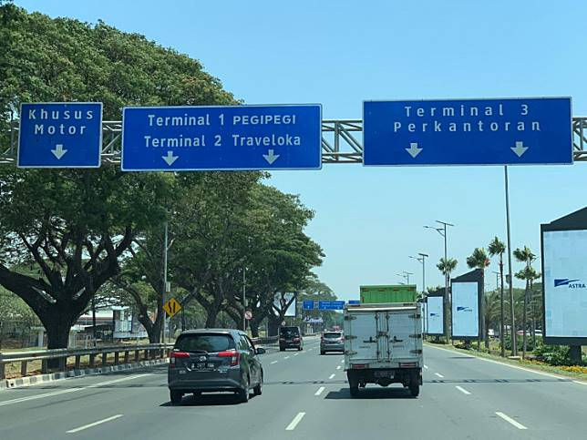 In a photo sent by Traveloka on Sept. 13, the airport signage is shown to include Pegipegi and Traveloka. However, the signs were again changed on Sept. 16.