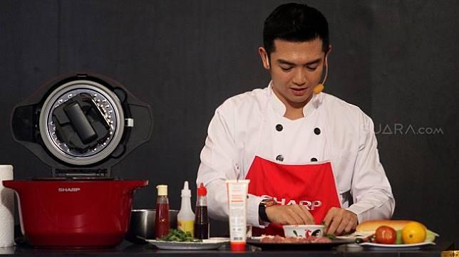 Artis Nicky Tirta bersama pengunjung memasak beberapa menu makanan saat sesi cooking class dalam acara