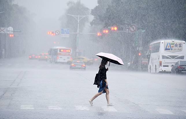 ▲ Blue Monday 暴雨突襲轟炸全台,最惱人的就是被浸溼的鞋子了,不但腳悶在裡面很不舒服、對鞋子本身也是一大傷害。(示意圖/記者林調遜攝)