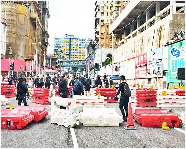 示威者於觀塘協和街堵路。