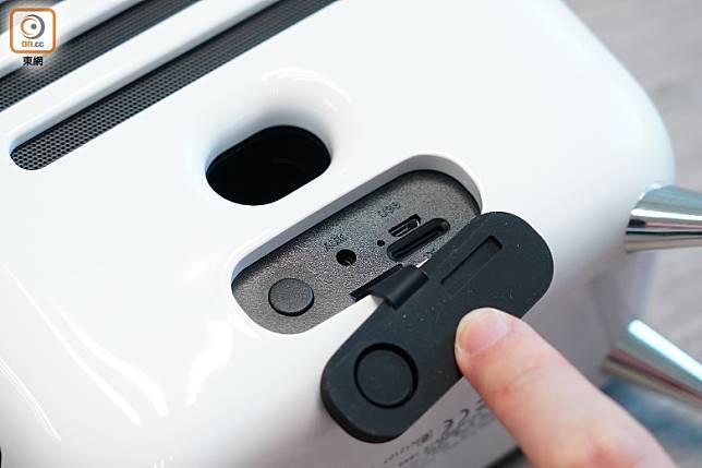 機後方的軟膠保護蓋下,提供AUX、microSD卡槽等。(張群生攝)