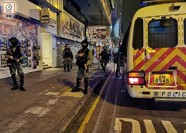 防暴警推進至彌敦道後登車離去。(葉嘉文攝)