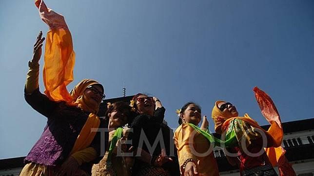 Warga ambil bagian menari bersama ketuk tilu di Gedung Sate, Bandung, ahad, 1 September 2019. Sekitar 300 penari dari beragam latar profesi, suku, dan agama, mengikuti flash mob Bandung Ketuk Tiluan dengan tema Merawat Keberagaman Budaya, Menjaga Indonesia, sebagai bagian dari advokasi budaya sebagai alat pemersatu terkait menguatnya intoleransi dan politik identitas yang membuat masyarakat tersekat.TEMPO/Prima mulia