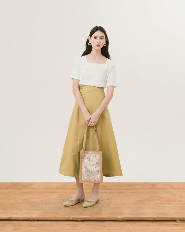 一片A字裙設計,內附鉤釦可固定/正面附兩顆排釦/無內裡及口袋