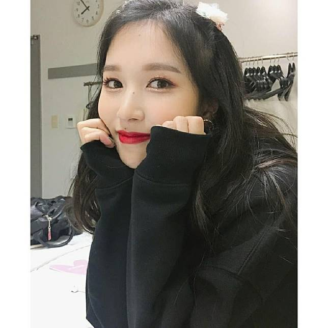 去年因患上焦慮症而停工的Mina昨日上傳自拍同粉絲講「新年快樂」。