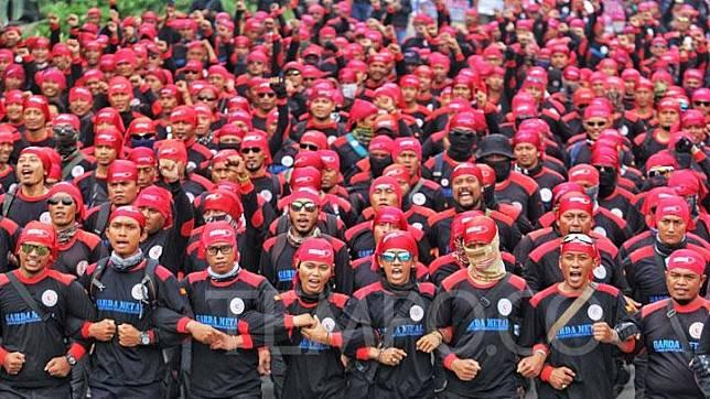 Ribuan buruh yang tergabung dalam Konfederasi Serikat Pekerja Indonesia (KSPI) Melakukan Longmarch dalam aksi massa dari Parkir Senayan Timur hingga ke depan Gedung Parlemen, Jakarta, Senin, 20 Januari 2020. Aksi tersebut menuntut penolakan terhadap omnibus law dan kenaikan iuran BPJS Kesehatan. TEMPO/Ahmad Tri Hawaari