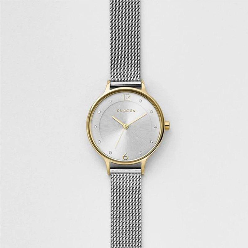 "Anita這個名字在丹麥語中意為""優雅"",而Anita Steel Mesh Watch則以其精緻優雅而備受讚譽。旭日形錶盤上刻有12和6點位置的數字,以及水晶和三針設計。 30毫米拋光不銹鋼錶殼搭配"