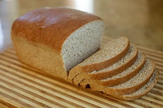 麵包皮放湯面有助吸走鹽分。(互聯網)