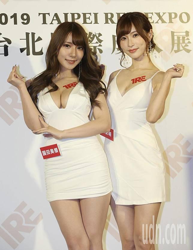 AV女優園田美櫻(左)、天使萌首度來台,替「TRE台北國際成人展」造勢。記者侯永全/攝影