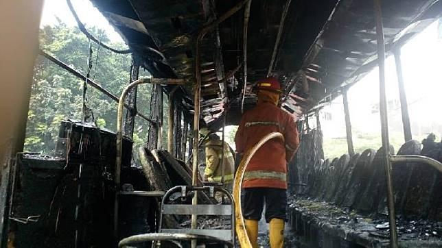 Bagian dalam Bus Transjakarta Mini yang terbakar di depan pom bensin Basuki Rahmat, Cipinang Besar, Jatinegara, Jakarta Timur, pada Sabtu siang, 20 Juli 2019. FOTO: Sudin PKP Jakarta Timur
