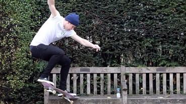 布魯克林貝克漢再展滑板功夫 身上的白 Tee 居然是...