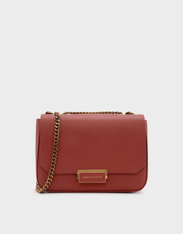 磚紅色小型經典旋扣式鍊條斜背包。