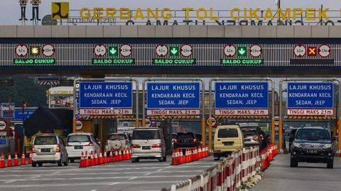 Sejumlah kendaraan melaju di Tol Jakarta-Cikampek menuju Gerbang Tol Cikampek Utama di Karawang, Jawa Barat. (ANTARA FOTO/Muhamad Ibnu Chazar)