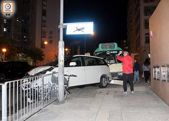私家車車尾擱在行人路上。(梁裔楠攝)