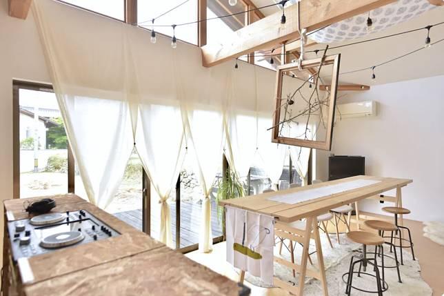 我住的房間是這樣子的,斜身天花的設計感濃厚。(Airbnb圖片)