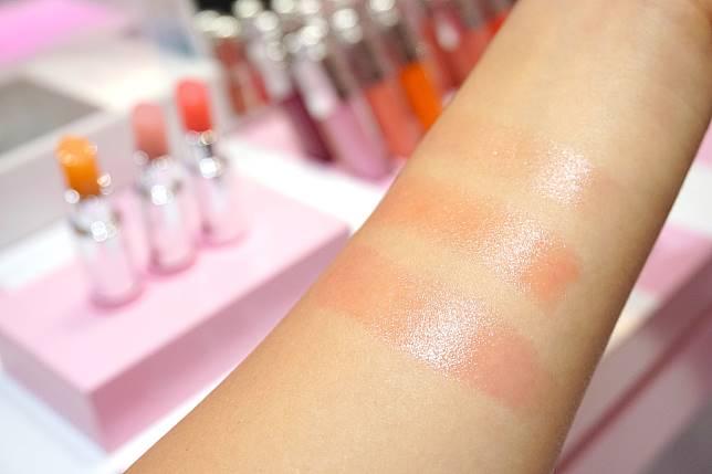 顯色潤澤的同時,質地依然透薄,不怕夏天有黏黏笠笠的感覺。#001 Pink(上)、#004 Coral(中)、#008 Ultra Pink(下)。