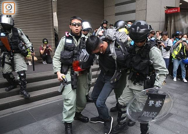 警員帶走被制服的示威者。(李華輝攝)