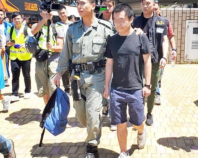 男子懷疑藏有工具可作非法用途被警方帶走。