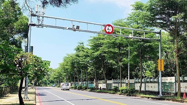 ▲為降低車禍傷亡事故,針對易肇事路段設置「區間測速」。(圖/高市警局提供)