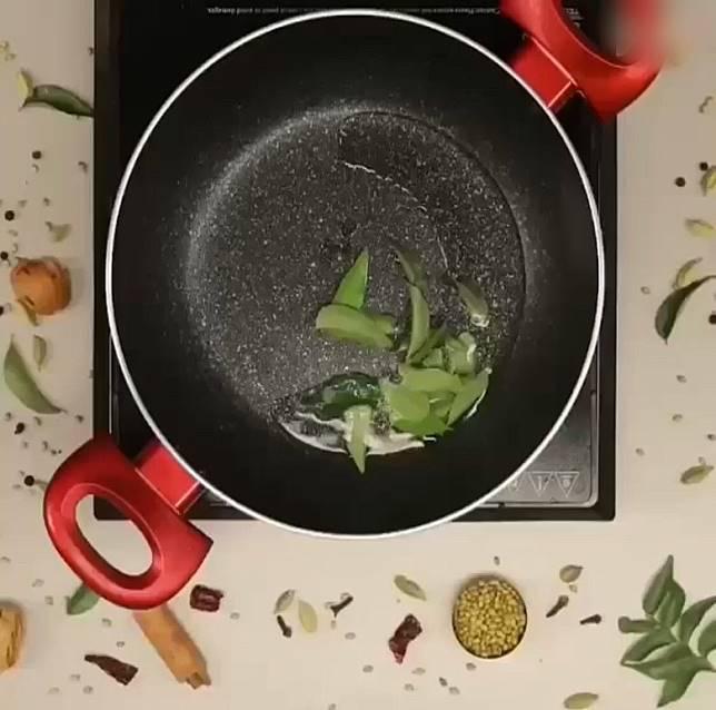 將剩餘的椰子油另起油鑊,加咖喱葉、青辣椒炒香。(互聯網)