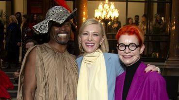 果然是精靈女王!凱特布蘭琪出席Roksanda時裝秀完美駕馭藍色套裝、淡黃圍巾