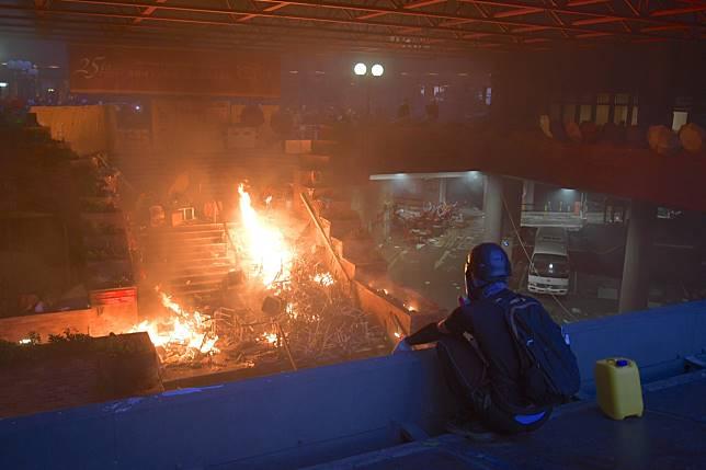 警方展開大包圍行動,理大校園所有出入口已被封鎖。