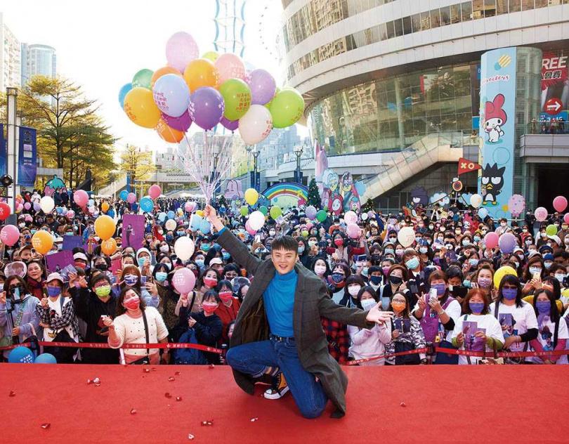 日前許富凱回到故鄉高雄舉行簽唱會,魅力驚人的他,吸引超過500位粉絲到場支持。(圖/凱聲影藝提供)