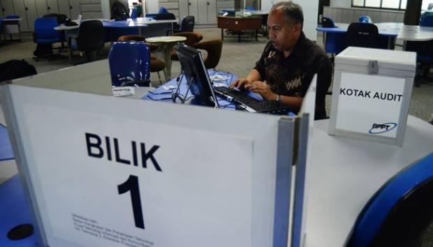 Petugas melakukan simulasi tata cara pengoperasian alat teknologi E-Voting, di gedung Badan Pengkajian dan Penerapan Teknologi (BPPT), Jakarta, 29 Juli 2015. Program E-voting ini untuk mendukung KPU dalam mencegah kecurangan penyelenggaraan Pemilihan Kepala Daerah serentak 2015 sejak perhitungan di tempat pemungutan suara, rekapitulasi di Panitia Pemilihan Kecamatan (PPK) dan di kabupaten/kota. TEMPO/Imam Sukamto