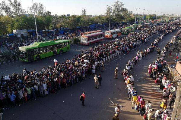 Pekerja migran meninggalkan kota dan berjalan ratusan kilometer ke desa-desa asal mereka.