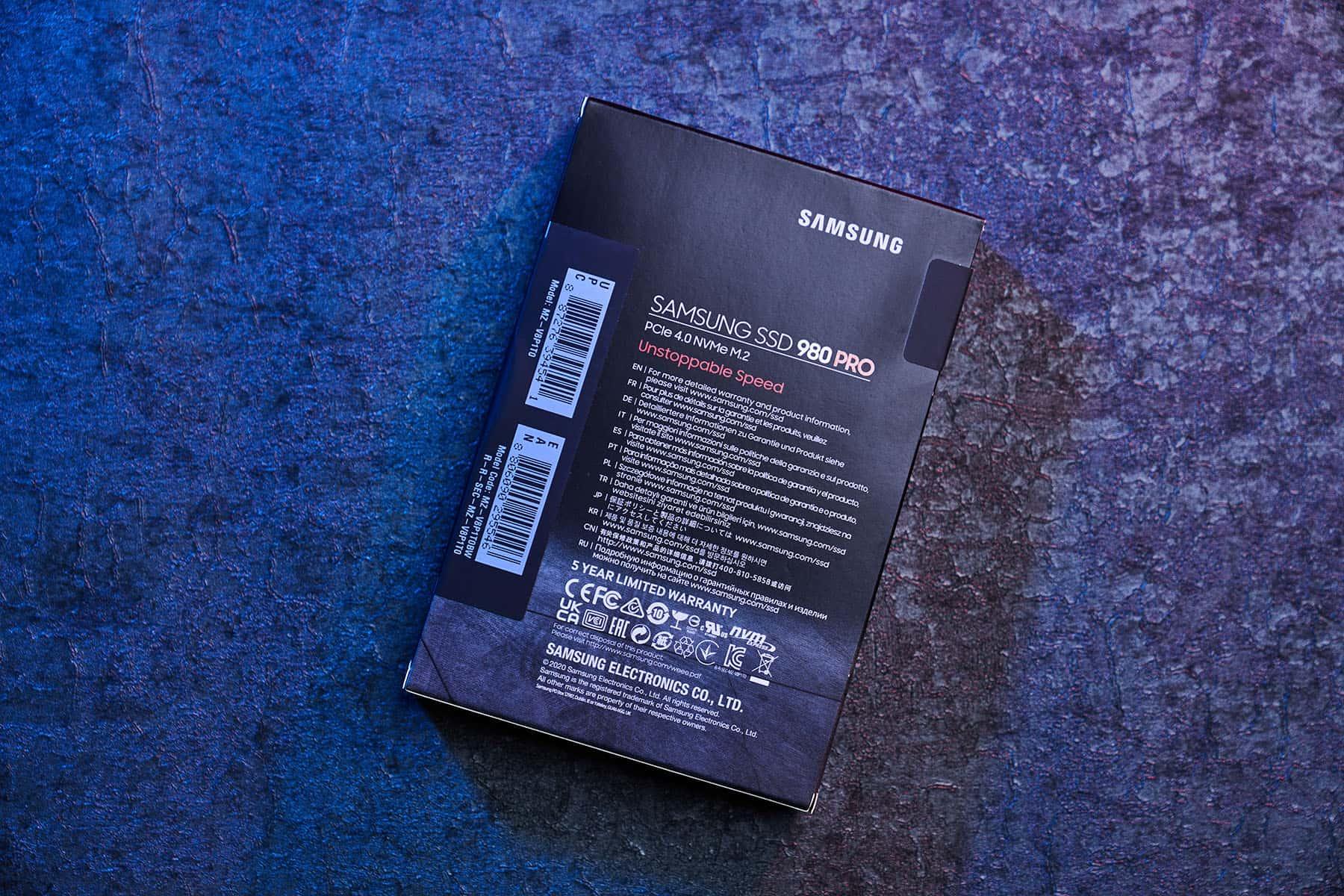 外盒背面則以多國語言標示產品保固資訊聲明。