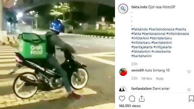 Seperti dilansir @fakta.indo, terlihat pengemudi dengan makanan yang berada di bagian belakang tak sabar menanti lampu lalu lintas berwarna hijau.