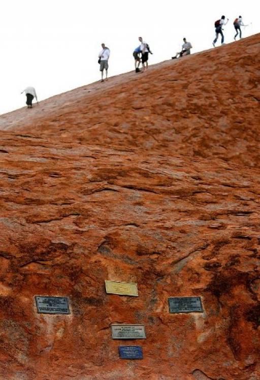 นักท่องเที่ยวจำนวนมากแห่ขึ้นเขาอูลุรู หรือ เทือกเขาแอร์ส ก่อนทางการออสเตรเลียกำหนดเส้นตายห้ามปีนขึ้นยอดเขาอีกต่อไป TORSTEN BLACKWOOD / AFP