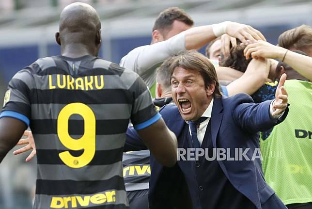 Pelatih kepala Inter Milan Antonio Conte dan para pemain melakukan selebrasi setelah Matteo Darmian mencetak gol dalam pertandingan sepak bola Serie A antara Inter Milan dan Hellas Verona, di stadion San Siro di Milan, Italia, Minggu, 25 April 2021.