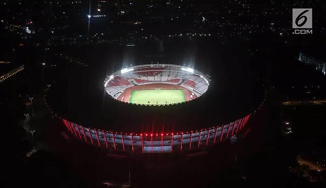 Pemandangan udara Stadion Utama Gelora Bung Karno saat uji coba lampu LED, Jakarta, Rabu (10/1). PPKGBK berharap perubahan tersebut bisa meningkatkan kenyamanan penonton menyaksikan pertandingan di Stadion Utama GBK. (Liputan6.com/Arya Manggala)