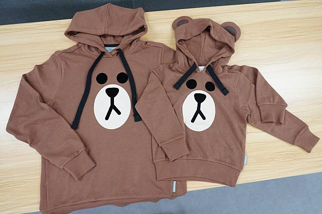 Brown連帽衛衣分別有大人(左:$499)及小朋友(右:$399)款。