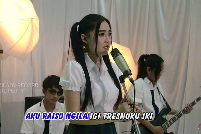 Nella Kharisma dalam video musik Wegah Kelangan 2 yang diunggah ke YouTube (Foto: YouTube Milady Record Official)