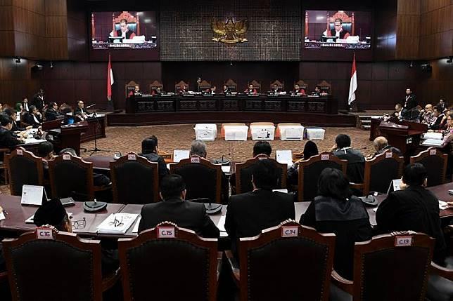 Hakim Mahkamah Konstitusi menunjukan sebagian bukti pihak pemohon yang belum bisa diverifikasi saat sidang Perselisihan Hasil Pemilihan Umum (PHPU) presiden dan wakil presiden di Gedung Mahkamah Konstitusi, Jakarta, Rabu (19/6/2019). Sidang tersebut beragendakan mendengarkan keterangan saksi fakta dan saksi ahli dari pihak pemohon. ANTARA FOTO/Hafidz Mubarak A/pd.