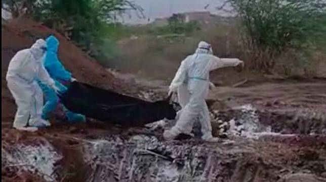 Rekaman video yang menunjukkan petugas kesehatan membuang mayat korban Covid-19 di India ke lubang besar menuai kritik keras dan kemarahan dari publik. (BBC).