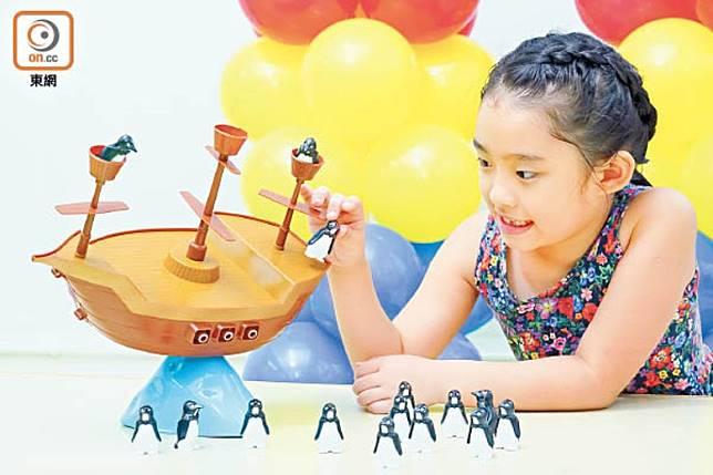 入學面試有時會包括遊戲項目,如圖中孩子要小心翼翼把企鵝仔擺放在合適位置,否則整艘玩具船會翻倒。(莫文俊攝)