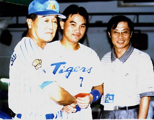 當年的歷史畫面,三商虎總教練宅和本田(左)頒發給沈俊忠擊出中職第二千支全壘打獎金。