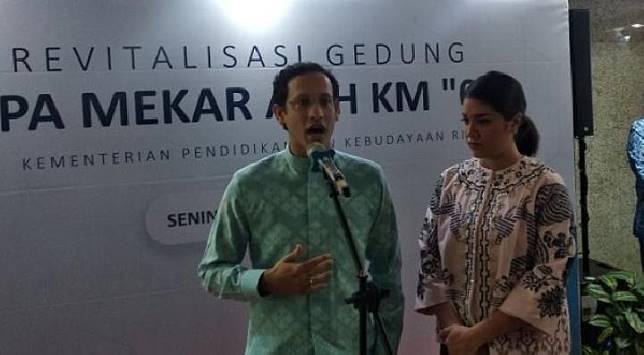 Menteri Pendidikan dan Kebudayaan Nadiem Makarim dan istrinya, Franka Makarim, pada acara peresmian revitalisasi gedung PAUD Km