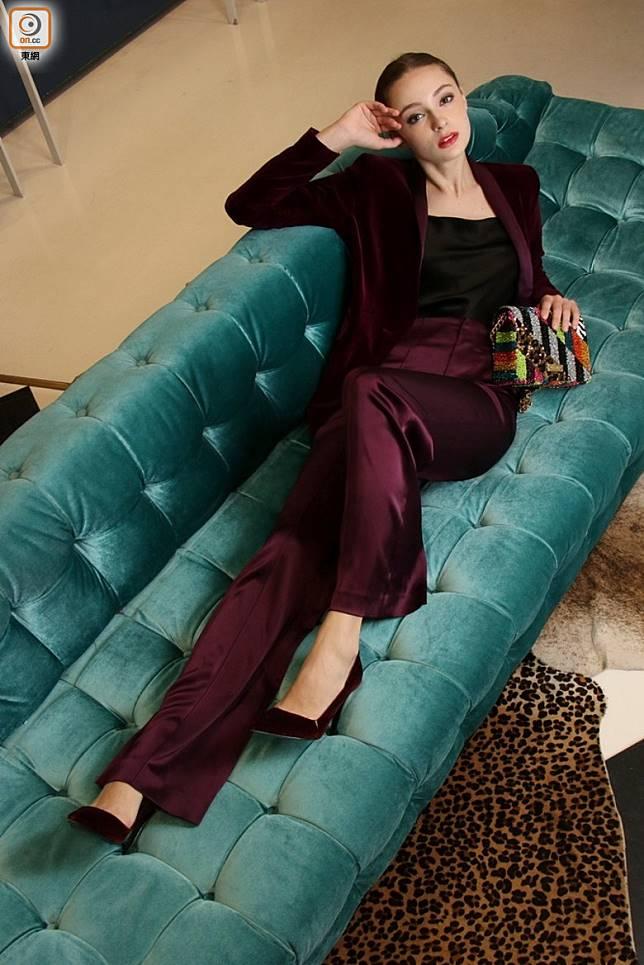 alice+olivia紫色絲絨西裝褸 、紫色絲質闊腳褲 、彩色珠片手袋 (盧展程攝)