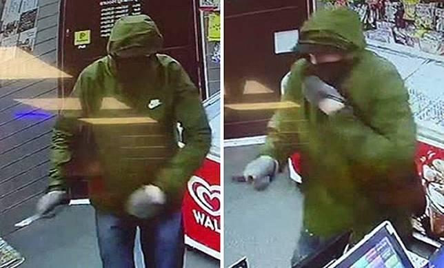 Aksi perampok bersenjata tajam di Supermarket Express Newlands Road, Worthing, Sussex, Inggris yang tertangkap kamera CCTV.