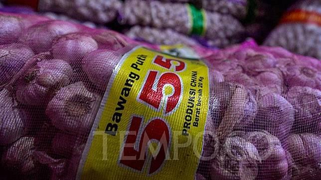 Sekarung bawang putih yang diimpor dari Cina di Pasar Kramat Jati, Jakarta, Kamis, 6 Februari 2020. Bawang putih yang ada di pasaran merupakan stok lama sebelum pembatasan impor. Tempo/Tony Hartawan
