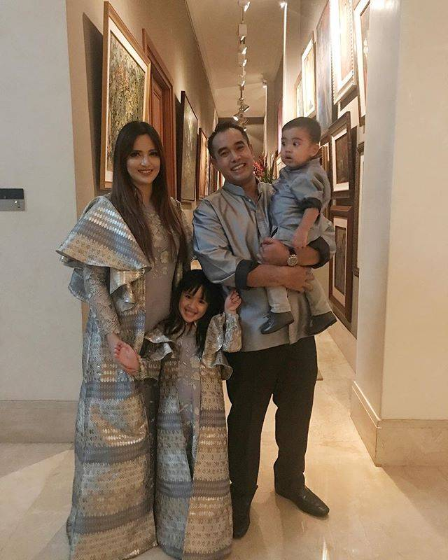 Keluarga Nia Ramadhani Gunakan Busana dengan Nuansa Abu, Banjir Pujian Netizen