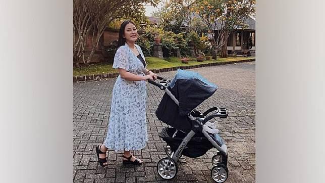 Mutia Ayu mengunggah foto ia dan putrinya, Gewa, saat jalan-jalan sore. Ia unggah ke Instagram pada Jumat, 3 Juli 2020. Instagram.com/@mutia_ayuu