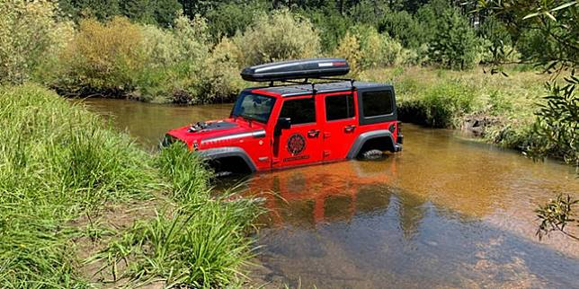 Jeep Wrangler Unlimited yang terdampar di sungai (Facebook/EDSO)
