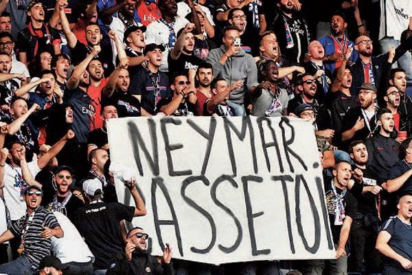 Suporter klub elite Prancis, Paris Saint-Germain, membentangkan spanduk bertuliskan 'Neymar, Pergilah